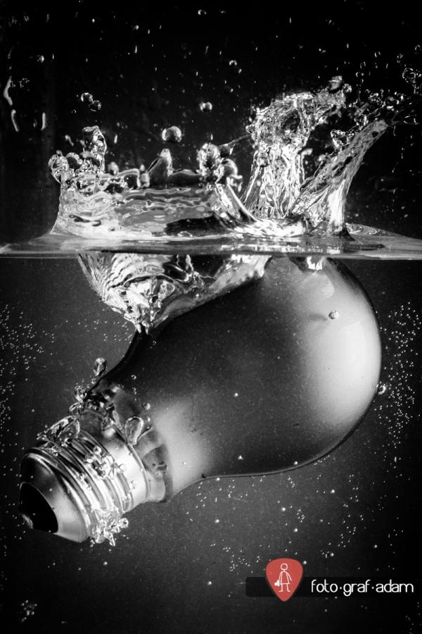 Vízbe loccsanó villankörte
