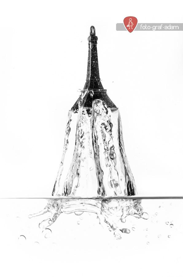 Eiffel-torony alakú kulcstartó vízbe ékrezése