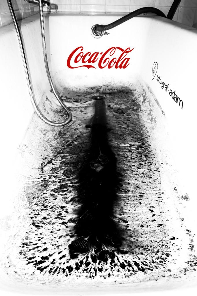 Coca Cola üveg formájú fekete folt a kád alján