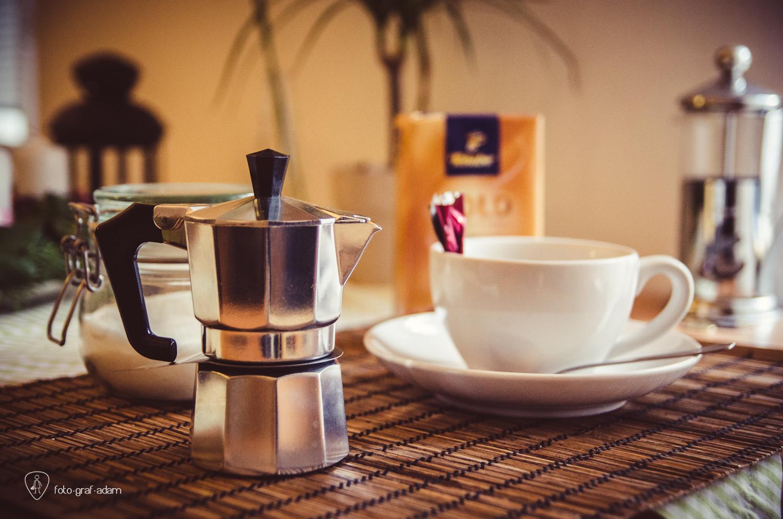 apró pici kávéfőző és a hozzávaló szett